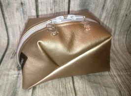 GEO-Bag aus Kunstleder in gold, mit Eulen-Anhängern