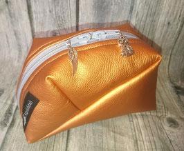 GEO-Bag aus Kunstleder in kupfer, mit Federn- und Eulenanhängern