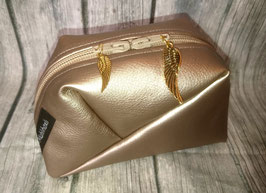 GEO-Bag aus Kunstleder in gold, mit goldigen Federn-Anhängern