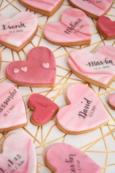 Marmorierte Herzcookies als Gastgeschenke mit Namen