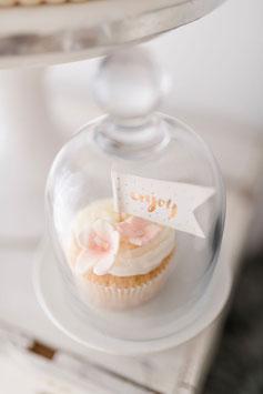 Pastellcupcakes mit Blumen und Enjoy-Fähnchen