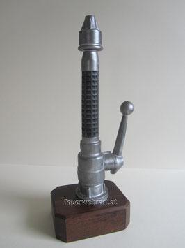 D-Strahlrohr stehend auf Holzsockel