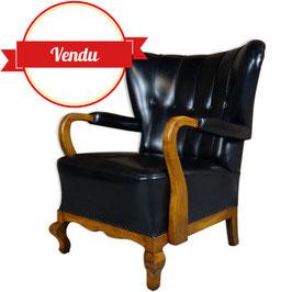 """Fauteuil ancien à oreilles dit """" Wingback """" en bois et simili cuir noir"""
