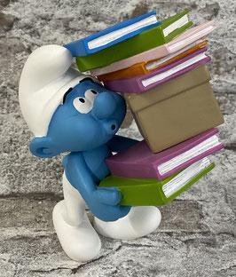 Schlupf mit Bücherstapel