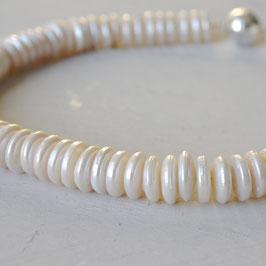 weiße Perlenscheibenkette