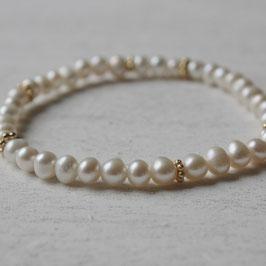 Dünnes Perlenarmband mit Goldblumen