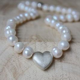 Perlenkette mit versilbertem Herz