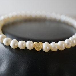 Dünnes Perlenarmband mit mattem Herz