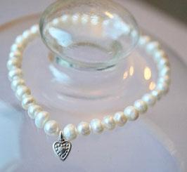 Dünnes Perlenarmband mit Herzcharm