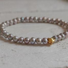 Dünnes Perlenarmband mit Goldstern