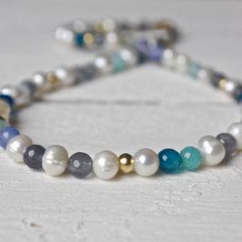 Perlenkette mit Achat in Aquafarben