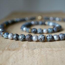 Perlenkette mit hellgrauen Perlen und crinkle Achat