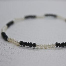 schwarzer Glitzer mit Perlen