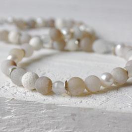 Achatkette in beigen Tönen mit Perlen und Koralle