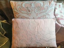 Kissen mit französischer Lilie bestickt, gefüllt 45 x 30 cm - Farbton helles Lachs und creme