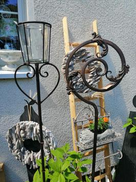 Gartenstecker/Windlicht auf Stab - geschmiedetes Eisen - hier im Bild links