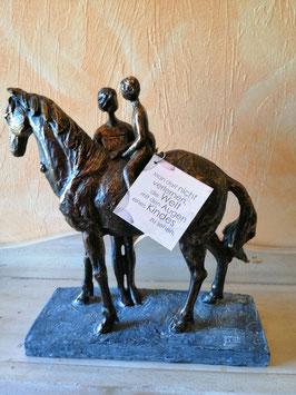 """Skulptur Pferd, Mutter und Kind mit Text: """"Man darf nicht verlernen, die Welt mit den Augen eines Kindes zu sehen!"""""""