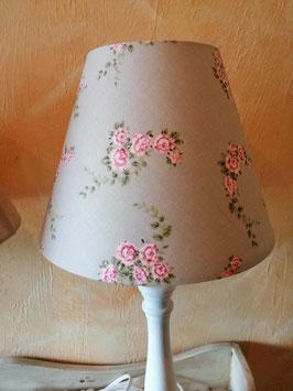 Fenster/Tischlampen im Landhausstil - hier Schirm sandfarben mit kleinen Blüten