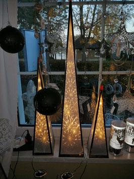 Weihnachtspyramide Edelstahl gold mit Licht - hier die mittlere Variante - links im Bild