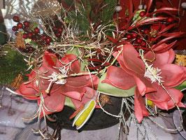künstliches Weihnachtsgesteck in rot/gold