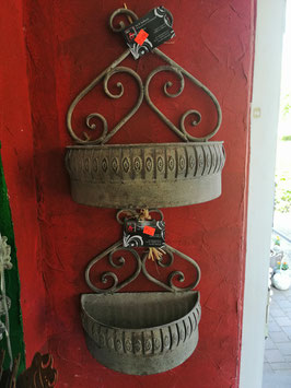 Wandhalterung für Blumen - hier im Bild oben die größere Variante
