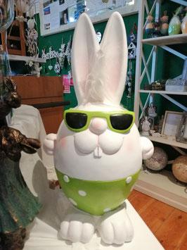 Osterhase mit Sonnenbrille aus wetterfestem Kunststoff