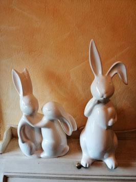 Dekohase in weißer Keramik - hier im Bild rechts