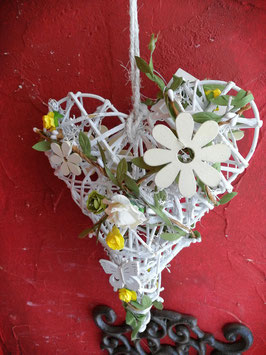 Korbherz zum Hängen mit Applikationen Blumen und Schmetterling