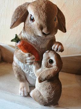 Häsin/Hase mit Kind und Möhre aus wetterfestem Kunststoff