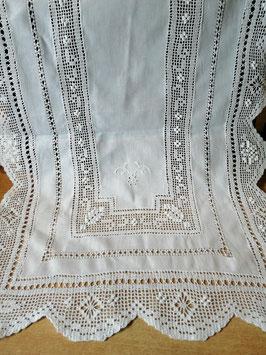 Tischläufer Baumwolle weiß mit Stickereien und Spitze
