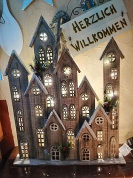 beleuchtete Holzstadt mit LED-Lichterkette