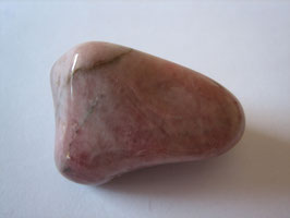 Erdbeerquarz Trommelstein 27 x 18 mm