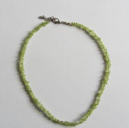 Peridot Splitterkette, sehr kleine Splitter,  41 cm lang mit silberfarbigem Karabinerverschluss