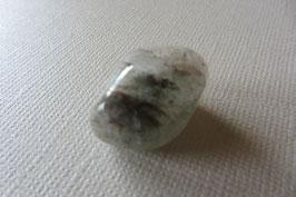 Bergkristall mit Chlorit Trommelstein 17 x 16 mm