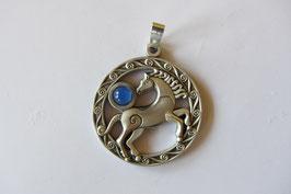 Keltisches Pferd Anhänger aus Echtzinn mit blauem Achat  Cabochon 40 mm  Durchmesser Ammon