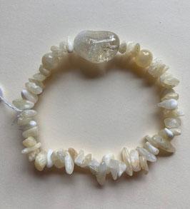 Calcit hell Splitter Armband, mittlere Splitter Größe, 2 Kugeln 6 mm Durchmesser, 1 Calcit 20 x 15 mm, elastisch Strechband  19 cm lang