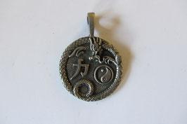 Glücksanhänger aus Zinn mit 3 Symbolen für Glück und Zufriedenheit 47 x 34 mm