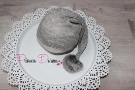 genähtes Strick Mützchen grau mit Bommel 0-3 Monate