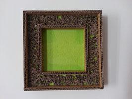 Encadrement en carton sur fond vert format 24 x 24 cm .