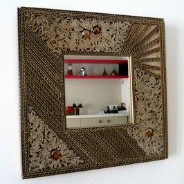 Encadrement en carton pour miroir de 15 x 15 cm .