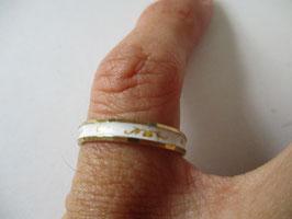 Fedina smaltata in bianco con motivi ornamentali dorati