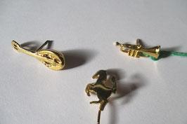 Spille in argento placcato oro : Cavallino rampante, Mandolino, Trombetta