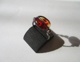 Anello in argento e ambra sintetica