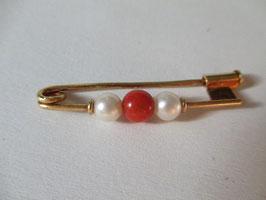 Spilla balia in oro giallo con corallo rosso e perle naturali