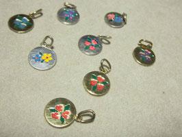 Medaglie in argento. Viole, margherite e altri fiori colorati smaltati