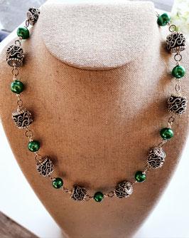 grüne Halskette mit Wellenteile