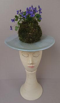 Madame trägt Veilchenhut