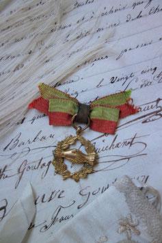 Shabby: Antikes kleines Abzeichen / Auszeichnung Schleife Frankreich