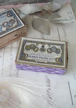 Dekorative alte Pappschachtel mit Schreibfedern Frankreich