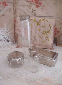 Zauberhaftes Set alter Flakons/ Glasdosen aus Frankreich